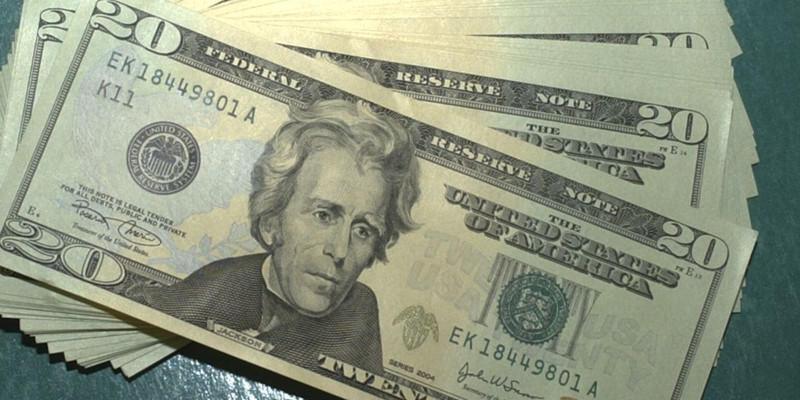 Dólar volta a subir e fecha no maior valor em três meses
