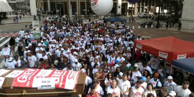 Sem perspectivas, servidores SP acampam na frente da Prefeitura