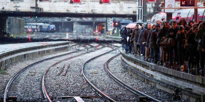 Povo francês rejeita reforma da previdência e entra no 5º dia de greve geral