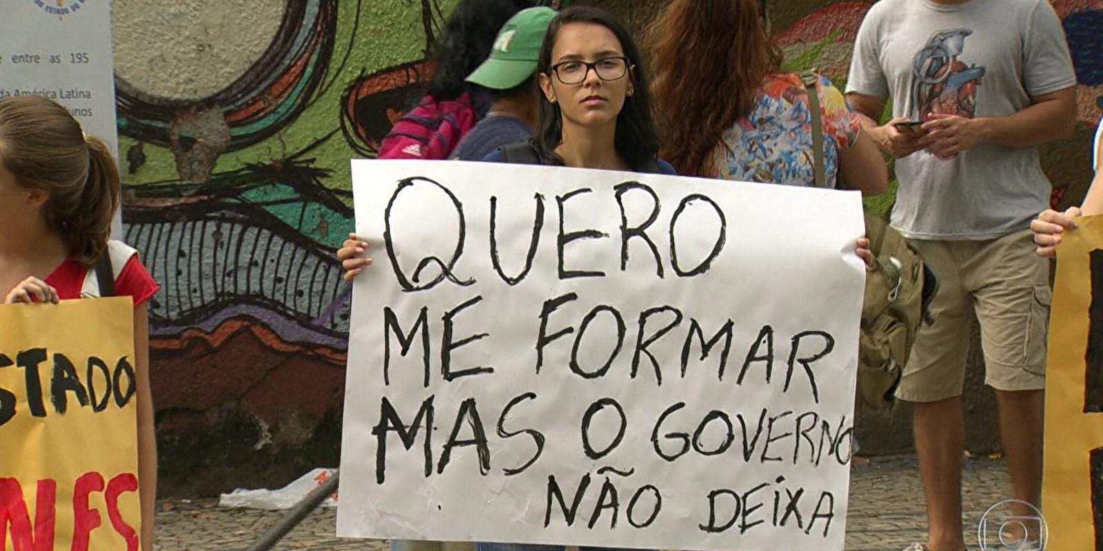 Governo do RJ atrasa salário dos servidores