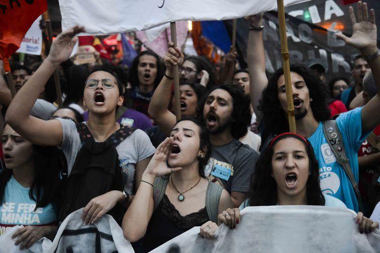 Manifestantes voltam às ruas