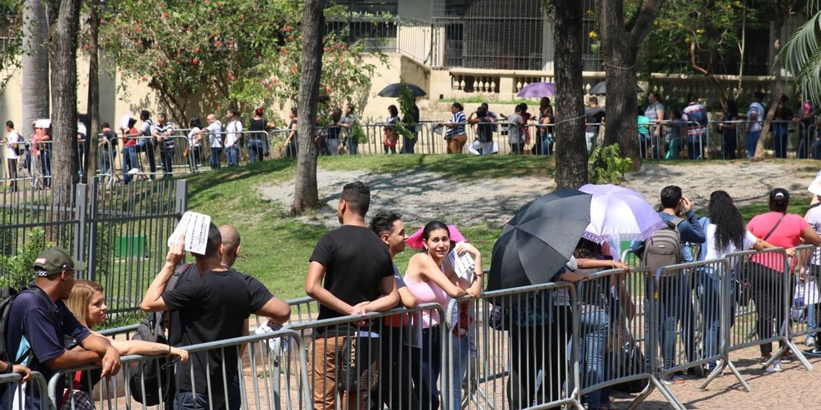 Sem políticas de emprego, iniciativa de sindicato atrai milhares em SP