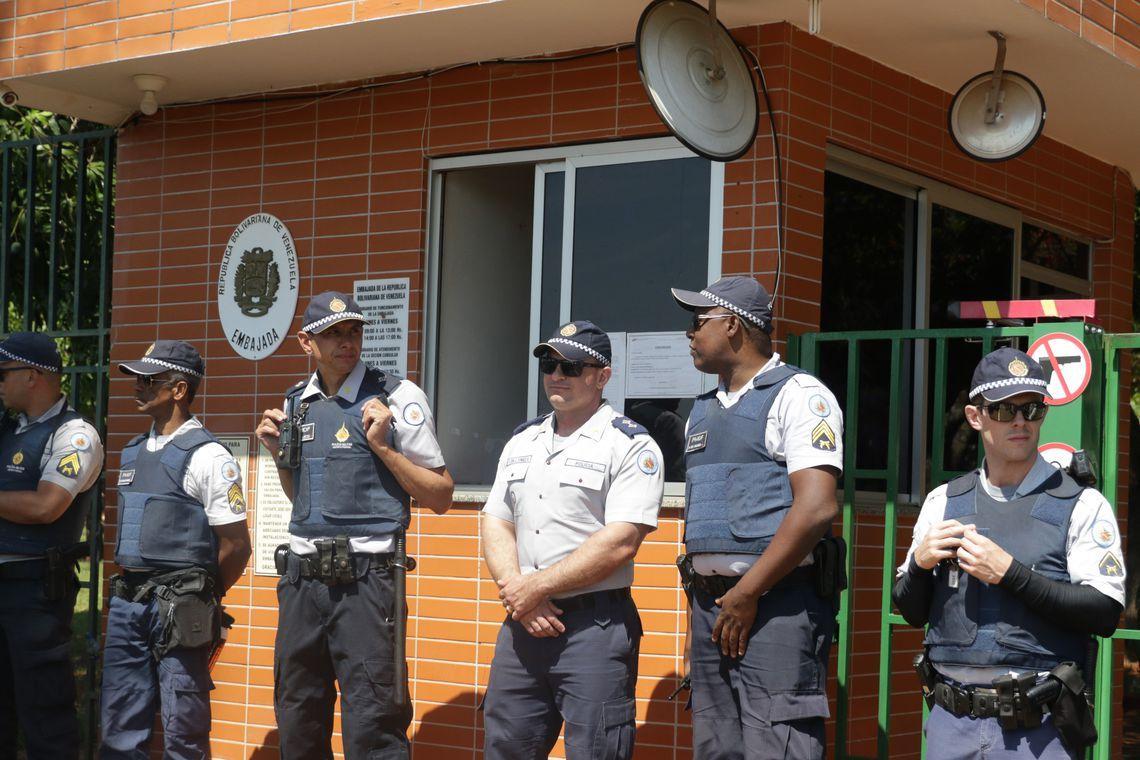 Contrariando seu filho, Bolsonaro repudia invasão da Embaixada da Venezuela